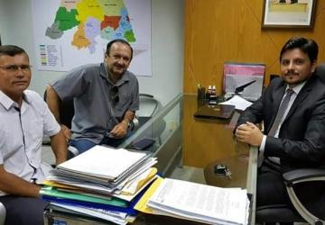 PREFEITO ASSIS SE REÚNE COM DEPUTADO CARLOS AUGUSTO PARA TRATAR SOBRE LIMITES DOS MUNICÍPIOS