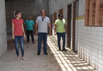 Prefeitura retoma obra abandonada há nove anos, da Escola Municipal Manoel Tarquínio, localizada no distrito de São José.