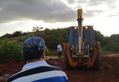 Prefeitura recuperando estrada de acesso a Perobas.